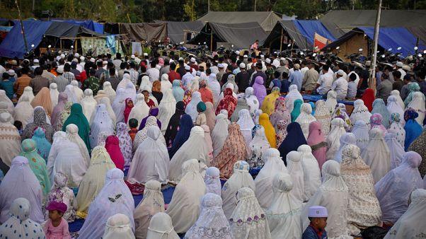 ناجون من الزلازل في إندونيسيا يحتفلون بعيد الأضحى في مخيمات الإيواء