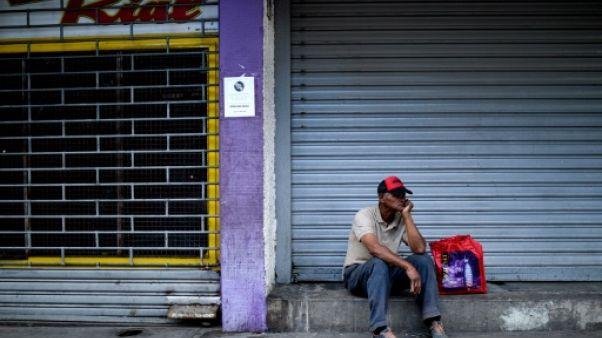 Commerces fermés dans une rue de Caracas au Venezuela, le 22 août 2018