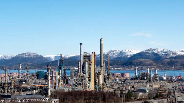 النفط ينزل مع تصاعد النزاع التجاري لكن هبوط المخزون يدعم الخام الأمريكي