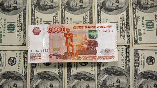 الروبل الروسي يسجل أدنى مستوياته في أكثر من عامين