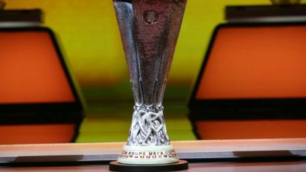 Le trophée de la Ligue Europa, exposé le 25 août 2017 à Monaco