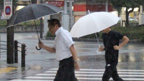 Des piétons sous la pluie à Tokushima au Japon, le 23 août 2018