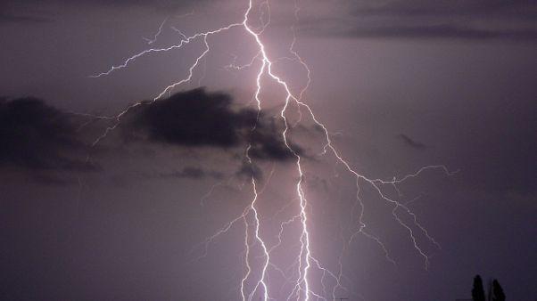 Fulmine su spiaggia,grave 13enne a Lecce