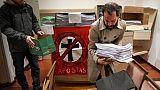 Des Argentins tournent le dos à l'église, après le rejet de l'avortement