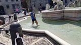 12enne fa bagno in fontana piazza Navona