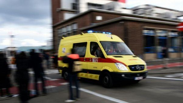 Une ambulance quitte l'aéroport de Bruxelles le 22 mars 2016