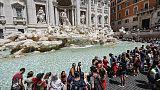 Coppia turisti si tuffa in Fontana Trevi