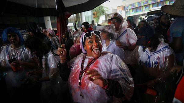 حشود كرنفال نوتنج هيل تتحدى الأمطار في لندن للمشاركة في الاحتفال السنوي