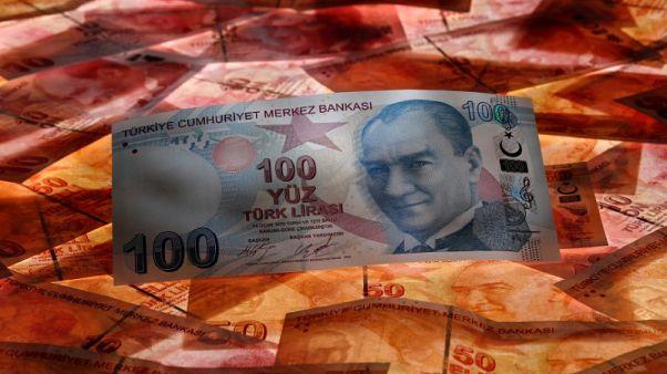 ليرة تركيا تهبط 3% مع إعادة فتح الأسواق والأنظار على الخلاف مع أمريكا