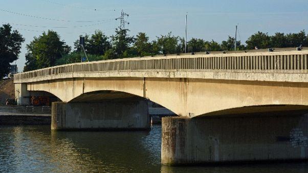 Chiuso ponte Ostia-Fiumicio,molti disagi