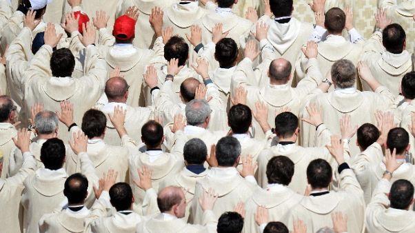 Avances a fedeli, rimosso sacerdote