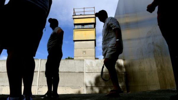 Des touristes visitent le mémorial du mur de Berlin, le 13 août 2018