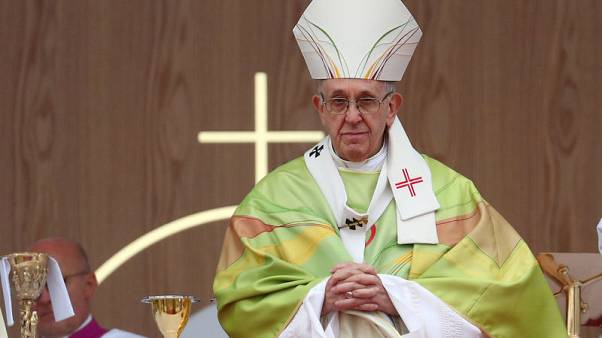 Defenders rally around pope, fear conservatives escalating war