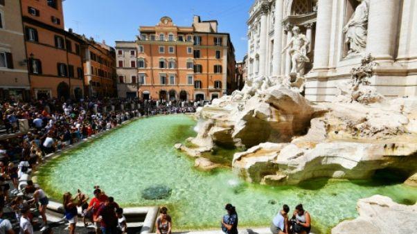 Des touristes devant la fontaine de Trévi à Rome, le 26 août 2018