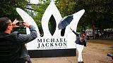 محبو (ملك البوب) مايكل جاكسون يحتفلون بعيد ميلاده الستين في لندن