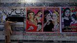 """وزير الإعلام في إقليم البنجاب الباكستاني يحظر لوحات الأفلام """"المبتذلة"""""""