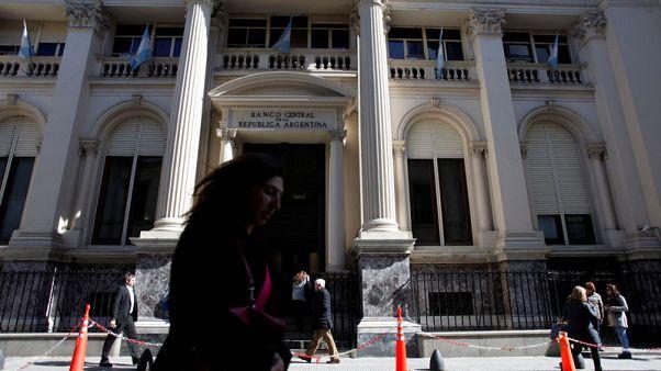 البنك المركزي في الأرجنتين يرفع الفائدة إلى 60 بالمئة مع انهيار البيزو
