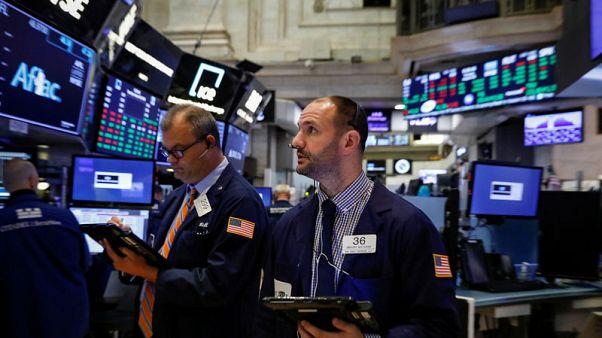 وول ستريت تفتح منخفضة تحت ضغط التجارة