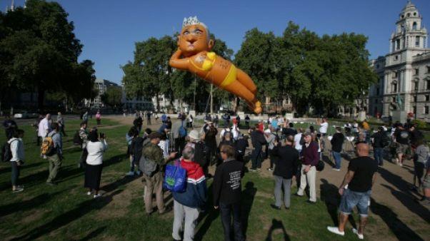 Un ballon représentant le maire de Londres en bikini vole près du Parlement britannique
