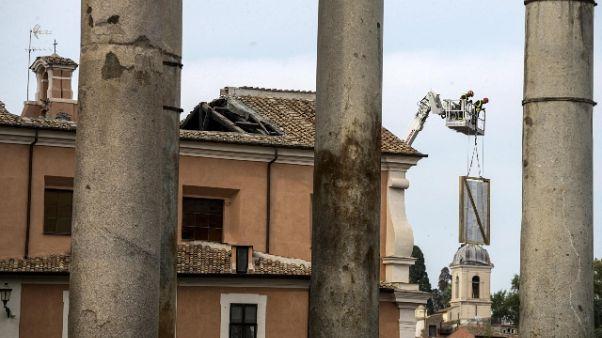 Crollo in chiesa: a setaccio macerie