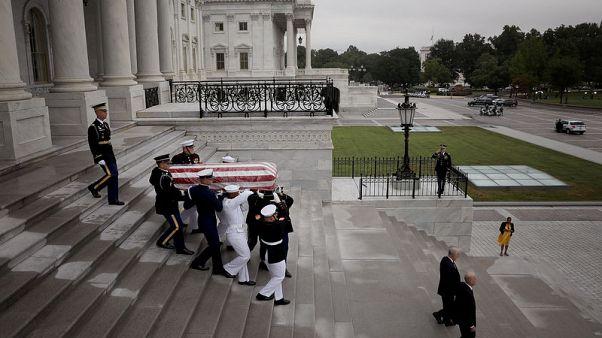 انطلاق موكب تشييع جثمان مكين من مبنى الكونجرس الأمريكي