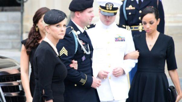 """Début des funérailles de l'ex-sénateur et """"héros américain"""" John McCain"""