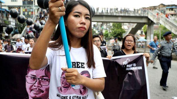 متظاهرون يطالبون ميانمار بإطلاق سراح اثنين من صحفيي رويترز