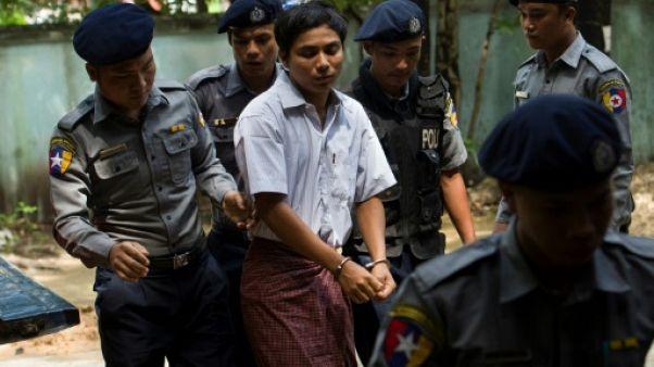 Kyaw Soe Oo arrive au tribunal menotté le 23 juillet 2018.