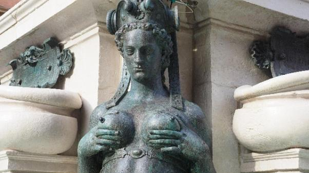 Nudo in fontana a Bologna, multato