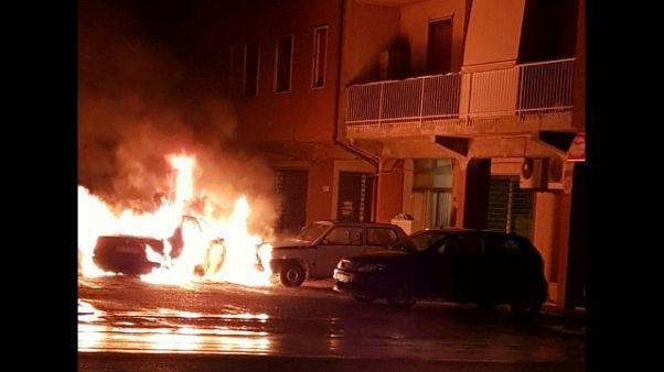 Incendia auto marito,ustionata e arresto