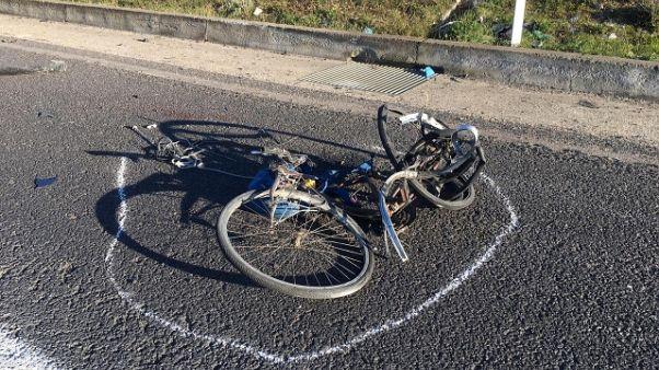 Auto investe ciclista, morto