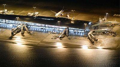 إعصار يقتل 10 في اليابان ونقل سياح بالقوارب من مطار غمرته المياه