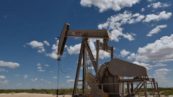 النفط يتراجع مع انحسار مخاطر عاصفة أمريكية لكن عقوبات إيران تلوح في الأفق