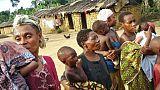 Des mères pygmées et leurs enfants, le 20 avril 2007 à Bitouga, au Gabon