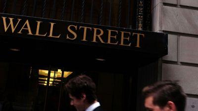 Des passants dans le quartier de Wall Street à New York, le 9 juillet 2015
