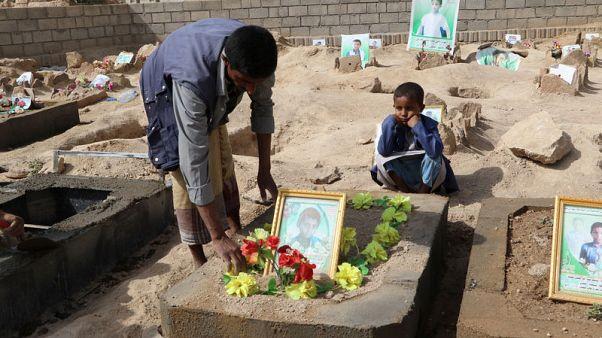 أسر يمنية تزور قبور أطفالها في مقبرة جديدة شيدت لدفن ضحايا ضربة جوية