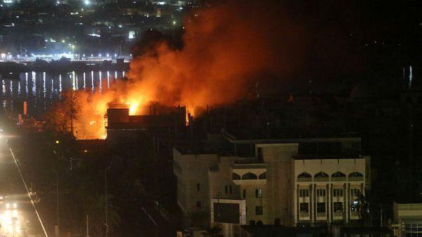 المحتجون يحرقون مقار أحزاب سياسية في أحداث عنف لليلة الرابعة بالبصرة