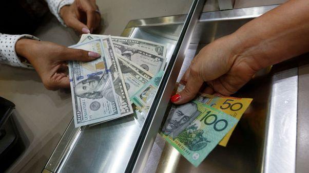 الدولار الأسترالي يهبط لأدنى مستوى في عامين ونصف مع تضرر المعنويات من مخاوف تجارية