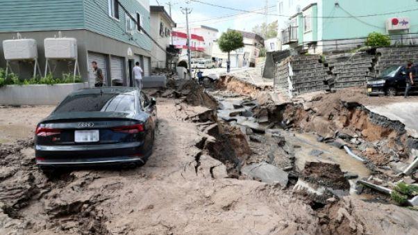 Route effondrée après un séisme à Sapporo au Japon, le 6 septembre 2018