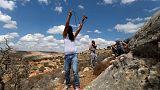 قوات إسرائيلية تقتل فلسطينيا وتصيب أكثر من 200 في احتجاج على حدود غزة