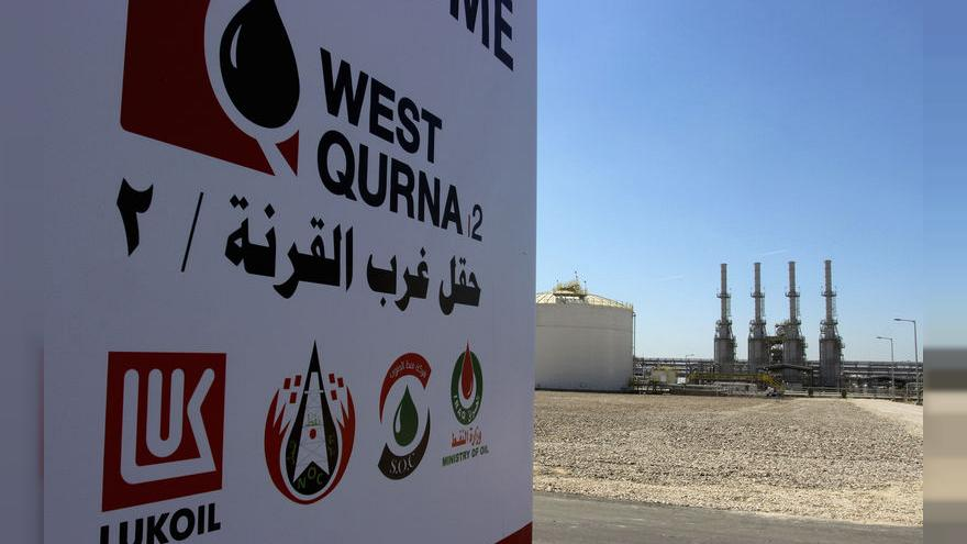 محتجون عراقيون يغادرون منشأة نفطية جنوب العراق بعد اقتحامها وفرض حظر التجول في بغداد والبصرة