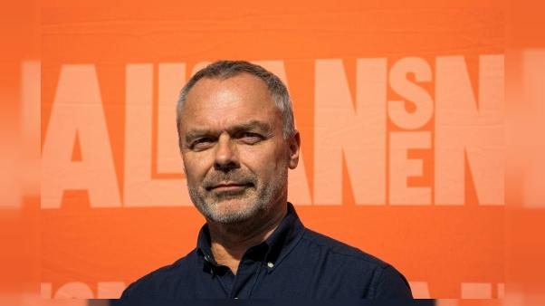 Suède: le chef des libéraux vend sa chemise au profit d'un magazine antiraciste