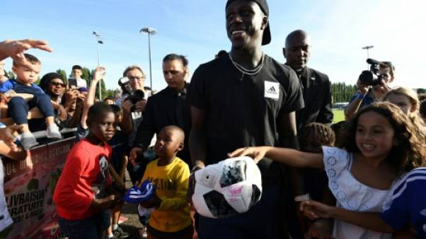 Bleus: Benjamin Mendy acclamé lors de son retour dans son club d'enfance en Essonne