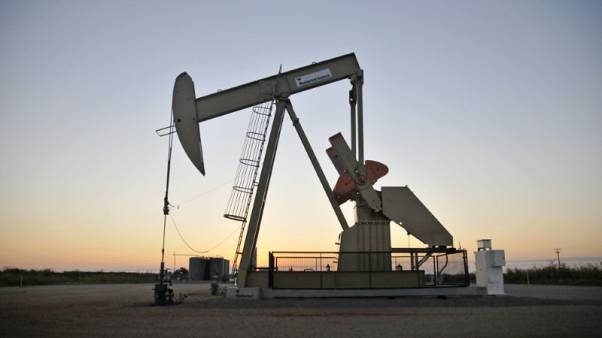النفط يستقر ومخاوف المخزون الأمريكي تكبح المكاسب
