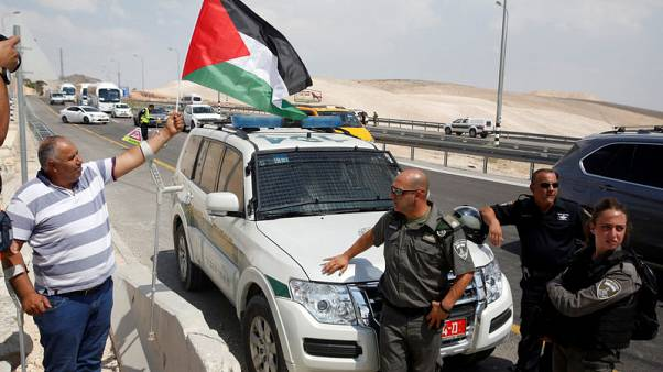 فلسطينيون يقيمون بيوتا من الصفيح قرب تجمع الخان الاحمر المهدد بالهدم