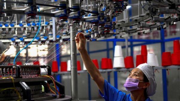 Une ouvrière dans une usine textile à Shangqiu (Chine), le 8 septembre 2018