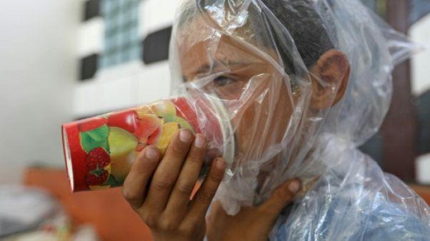 A Idleb, un Syrien fabrique des masques à gaz de fortune pour ses enfants