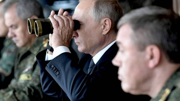 بوتين يتفقد مناورات عسكرية ويتعهد بتعزيز الجيش