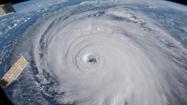 رياح الإعصار فلورنس تضرب ساحل كارولاينا وتحذيرات من سيول جارفة