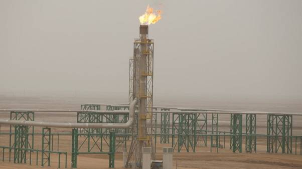 النفط يرتفع بفعل مخاوف بشأن المعروض لكن القلق بشأن الطلب يضغط